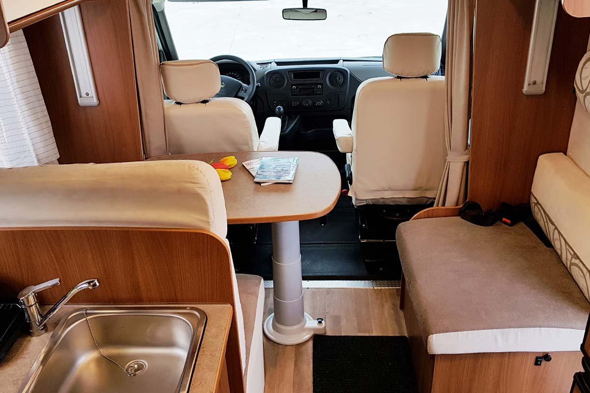 Autocaravana perfilada 5 plazas alquiler desde 18 persona for Dimensiones cabina inodoro