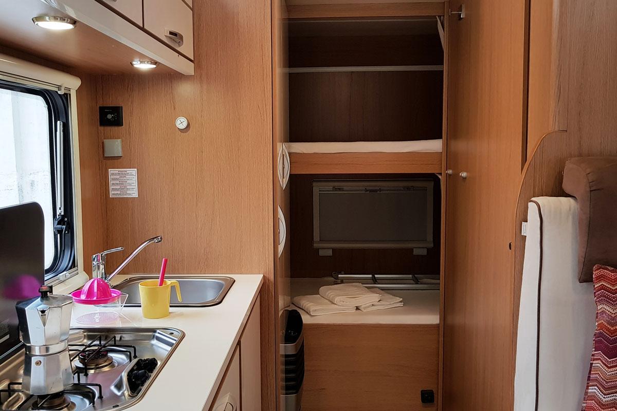 Autocaravana capuchina 6 plazas alquiler desde 17 persona for Dimensiones cabina inodoro